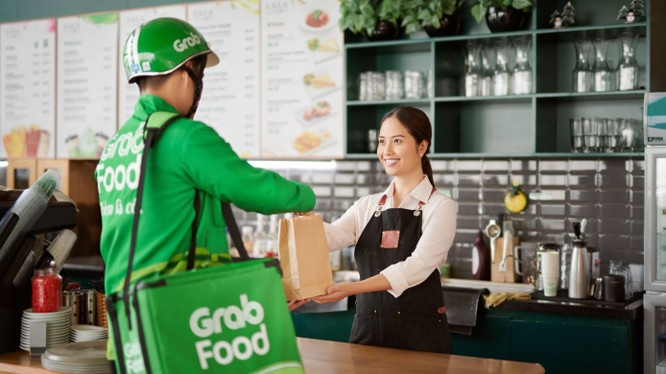 Vận chuyển thức ăn với Grab Food giúp giãn cách xã hội tốt hơn (Ảnh: Grab Food)