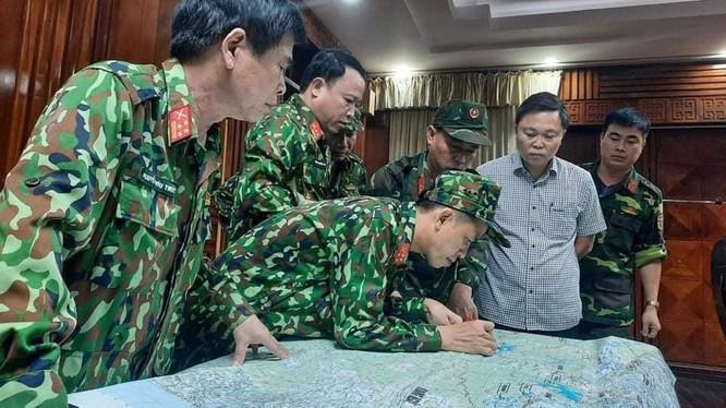 Lực lượng quân sự thông tin về địa điểm xảy ra vụ sạt lở. Ảnh: Quân Đạo.