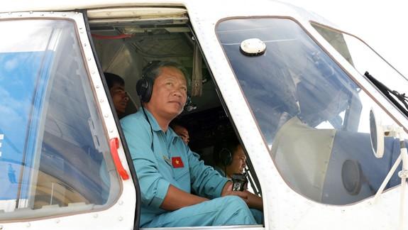 Cơ trưởng Nguyễn Ngọc Trung cùng tổ bay trên Mi-171 chở hàng cứu trợ Phước Sơn (Ảnh: Báo Quân đội)