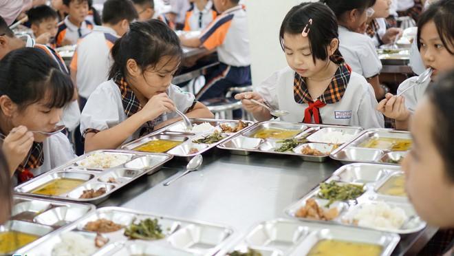 Bữa ăn trưa ngày 3/11 của học sinh Trường Tiểu học Trần Thị Bưởi (Ảnh: Minh Nhật)