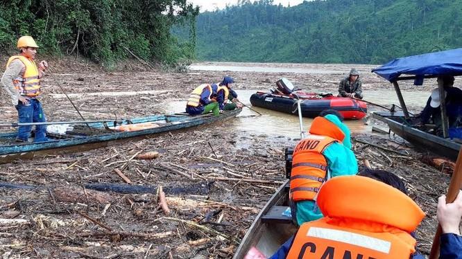 Tìm kiếm cứu nạn trên lòng sông Leng và sông Tranh vô cùng khó khăn do lượng gỗ và rác quá dày (Ảnh: XM)
