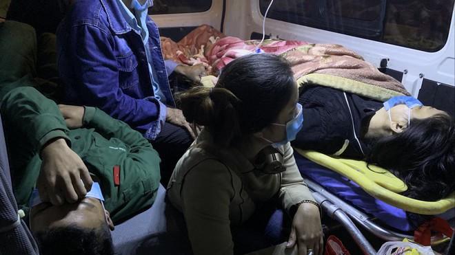 Hai bệnh nhân nặng được tàu cứu nạn đưa về Đà Nẵng điều trị khẩn cấp trong đêm 4/11 (Ảnh: Nguyễn Tú)