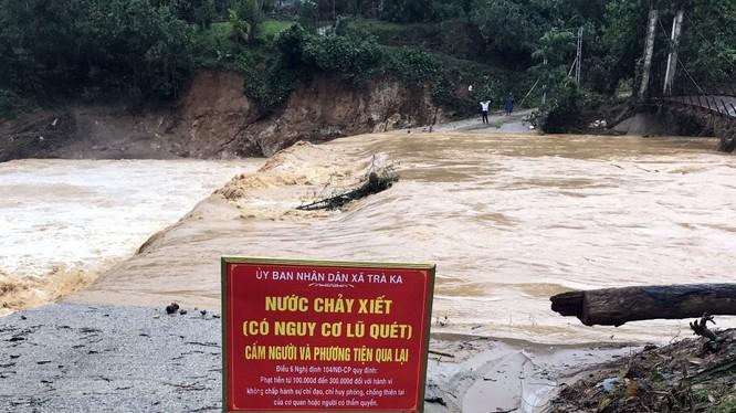 Nước sông cầu thôn 1 (Trà Ka, Bắc Trà My, Quảng Nam) đang dâng cao khi có mưa lớn (Ảnh: QNO)