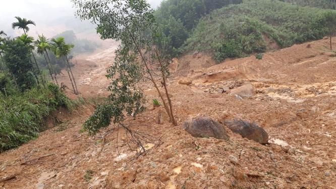 Vụ sạt lở kinh hoàng mờ sáng hôm nay ở Sơn Long xé toạc cả một khu vực rộng khoảng 1ha - Ảnh: T.V