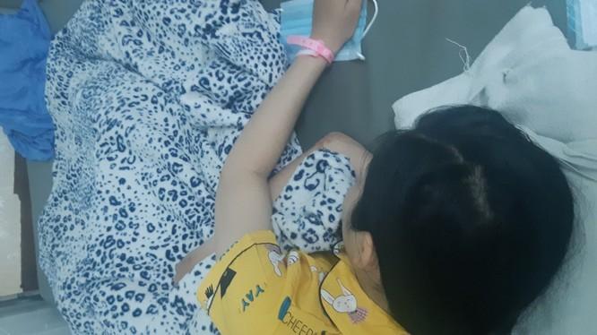 Nữ sinh tên N.T.N.Y., lớp 10, Trường THPT Vĩnh Xương (An Giang) đang được điều trị tại Bệnh viện Nhi Đồng 2 (TPHCM) sau vụ uống thuốc tự tử, để lại thư tuyệt mệnh cho rằng bị thầy cô đối xử chưa đúng ở trường (Ảnh: PL)