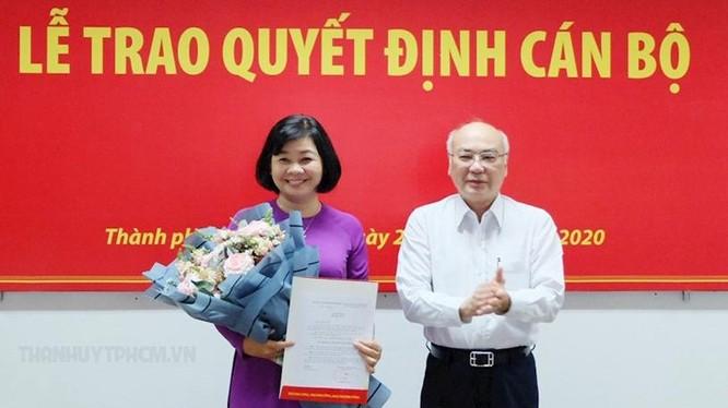 Trưởng Ban Tuyên giáo Thành ủy TPHCM Phan Nguyễn Như Khuê trao quyết định cho bà Lý Việt Trung (Ảnh: TTBC)