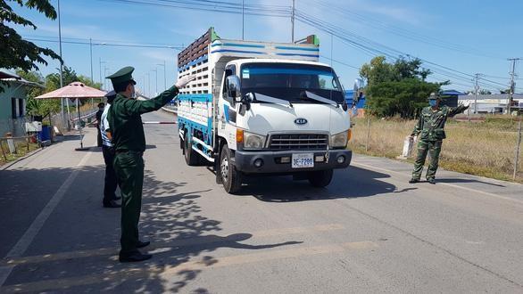 Lực lượng chức năng kiểm soát cửa khẩu An Giang sau khi có nhiều ca nhiễm COVID-19 nhập cảnh trái phép bằng cách đi xe tải qua biên giới (Ảnh: Bửu Đấu)