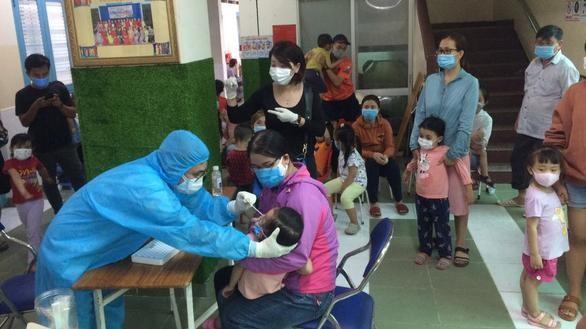 Lấy mẫu cho các trẻ ở Trường mầm non Hoa Phượng Đỏ - Ảnh: CDC TP.HCM