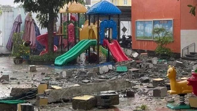 Khối bê tông rơi xuống sân trường mầm non Ban Mai (Ảnh: TTBC)