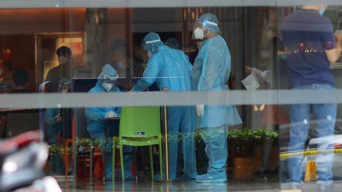 Nhân viên y tế lấy mẫu xét nghiệm tại khách sạn Sheraton (88 Đồng Khởi, quận 1, TP.HCM). Phụ bếp của khách sạn này vừa có kết quả dương tính. Ảnh: Quỳnh Danh