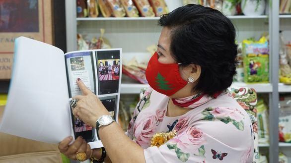 Bà Lê Thị Giàu lập vi bằng về các tin nhắn mà bà Hằng nhắn cho bà - Ảnh: Tuyết Mai