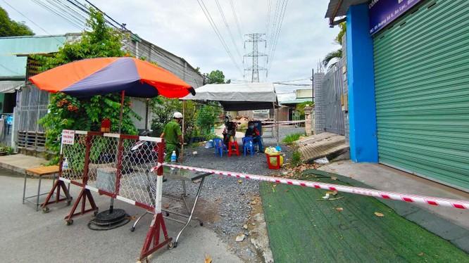 Phong tỏa đường số 6, Khu dân cư Nam Long, khu phố 2, P.An Lạc, Q.Bình Tân (TP.HCM) liên quan ca nghi nhiễm ở Công ty PouYuen - Ảnh: Độc Lập