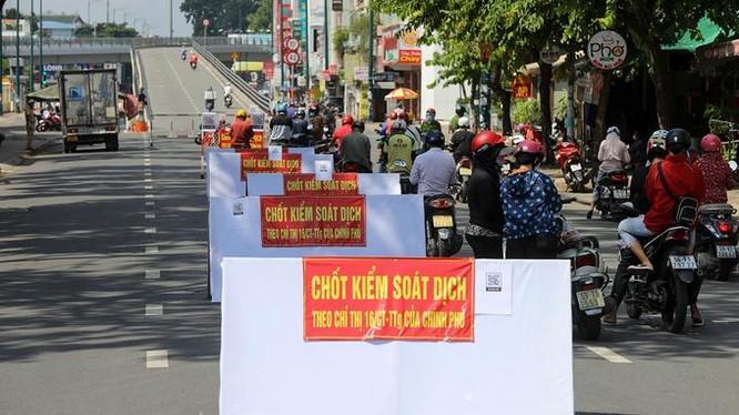 Chốt kiểm soát người ra vào quận Gò Vấp được lập trên đường Nguyễn Kiệm. Ảnh: Quỳnh Trần