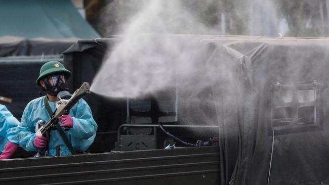 Phun khử trùng tiêu độc khẩn cấp BV Bệnh Nhiệt đới TP.HCM sau khi phát hiện các ca nhiễm là nhân viên y tế - Ảnh: Hữu Khoa