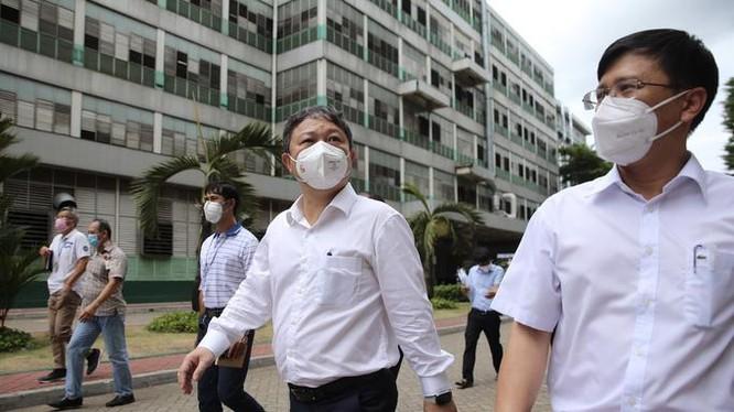 Ông Dương Anh Đức (giữa), Phó Chủ tịch UBND TP.HCM kiểm tra công tác phòng chống dịch Covid-19 tại Công ty TNHH PouYuen Việt Nam - Ảnh: Hoàng Triều