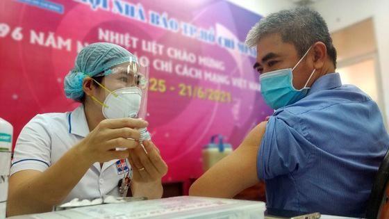 Tiêm vaccine COVID-19 cho nhiều nhà báo sáng 21-6 - Ảnh Dũng Phương