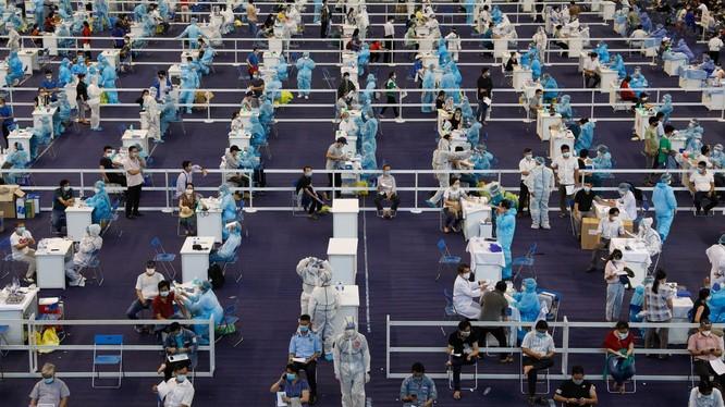 Khu vực tiêm tại Nhà thi đấu Phú Thọ được thực hiện giãn cách (Ảnh: Hữu Khoa)