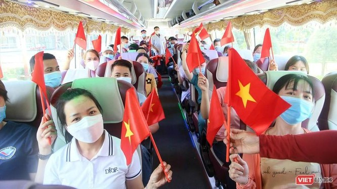 Đoàn y bác sĩ Bệnh viện Đa khoa Trung ương Quảng Nam lên đường hỗ trợ TP.HCM chống dịch COVID-19. Ảnh: Hồ Xuân Mai