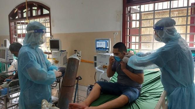 Thầy thuốc BV Bạch Mai chăm sóc bệnh nhân tại BVĐK Thống Nhất Đồng Nai - Ảnh: BYT