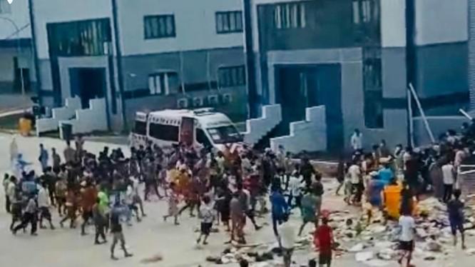 Cảnh F0 nháo nhào kéo nhau ra sân, chen lấn xô đẩy lấy thức ăn (ảnh cắt từ video)
