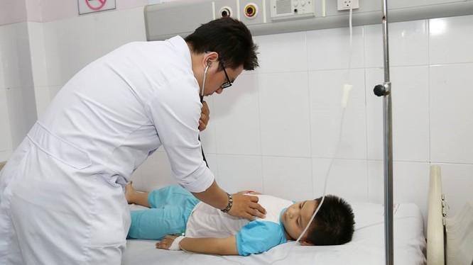 Bác sĩ chăm sóc cho bé trai nuốt nhầm dị vật (Ảnh: BVCC)