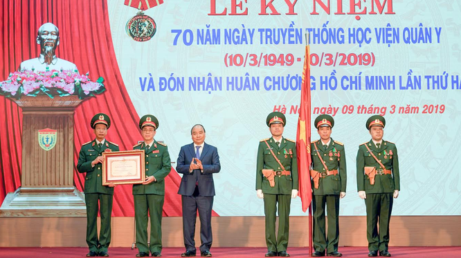 Thủ tướng Nguyễn Xuân Phúc trao Huân chương Hồ Chí Minh cho tập thể lãnh đạo Học viện Quân y (Ảnh: VGP)