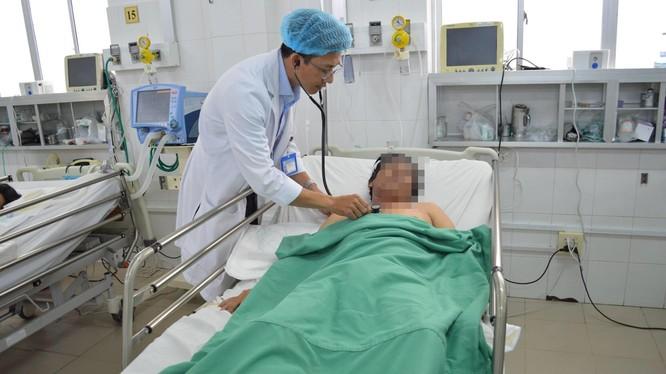 Bác sĩ của Bệnh viện đa khoa Trung ương Cần Thơ chăm sóc cho bệnh nhân T.