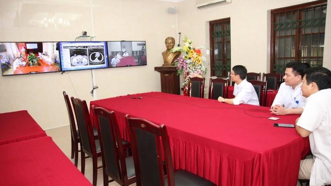 Bác sĩ Bệnh viện Hữu nghị Việt Đức hội chẩn trực tuyến cấp cứu bệnh nhân tai nạn giao thông tại Điện Biên
