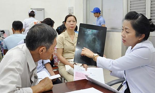 Bác sĩ khám chữa cho bệnh nhân