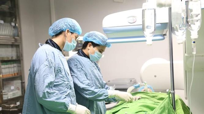Bác sĩ của Bệnh viện đa khoa tỉnh Phú Thọ phẫu thuật cho bệnh nhi.