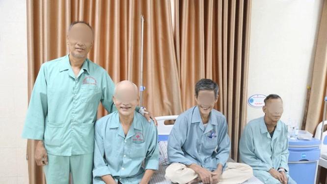Các bệnh nhân chụp ảnh cùng nhau sau khi được điều trị khỏi bệnh tại Bệnh viện đa khoa tỉnh Phú Thọ.