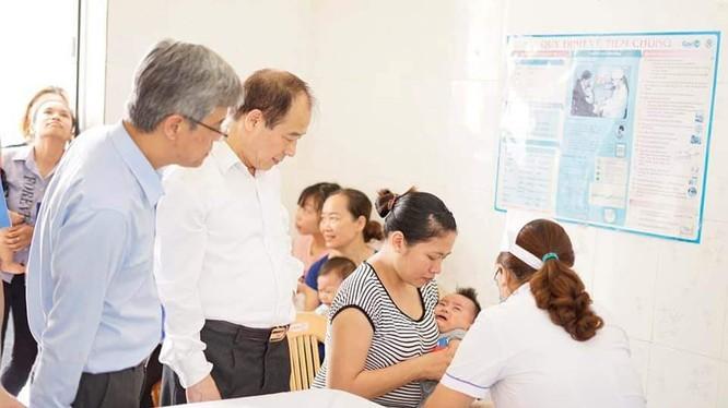 Tiêm chủng vaccine 5 trong 1 (SII) mới tại Trạm Y tế xã Thi Sơn, huyện Kim Bảng, tỉnh Hà Nam ngày 25/5.