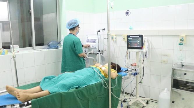 Bác sĩ của Bệnh viện đa khoa tỉnh Tuyên Quang chăm sóc cho bệnh nhân sau mổ.