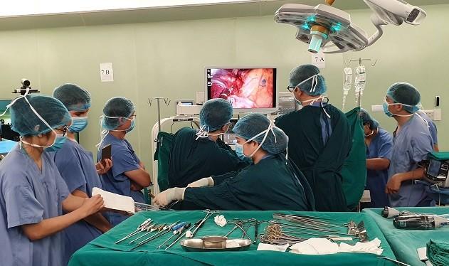 Các bác sĩ của Bệnh viện Bạch Mai thực hiện kỹ thuật mổ mới