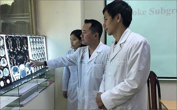 Nhóm bác sĩ của Bệnh viện Trung ương Quân đội 108 xem phim chụp của bệnh nhân đột quỵ