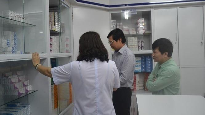 Ông Trần Văn Chung - Phó Giám đốc Sở Y tế Hà Nội kiểm tra nhà thuốc của Bệnh viện Phụ sản Trung ương.