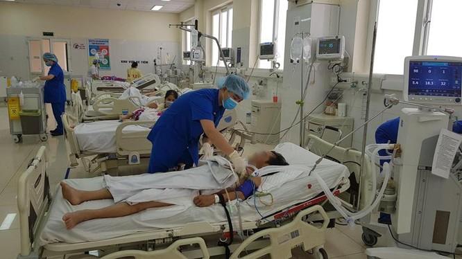 Bác sĩ của Bệnh viện Quân y 105 chăm sóc cho bệnh nhân Q.