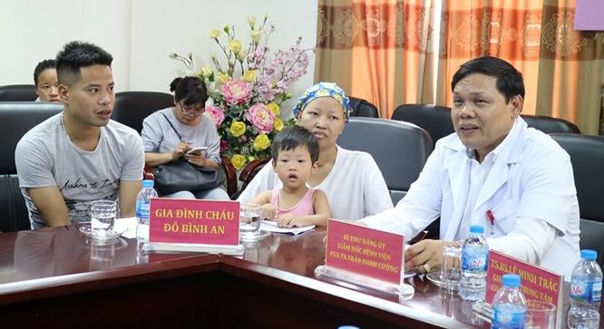Vợ chồng bệnh nhân Nguyễn Thị Liên tới đón bé Bình An tại Bệnh viện Phụ sản Trung ương hôm nay 15/7.