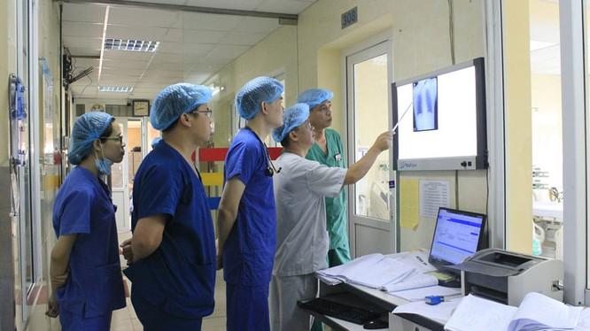 Nhóm bác sĩ của Bệnh viện E hội chẩn, đưa ra hướng điều trị tiếp theo cho nam bệnh nhân.