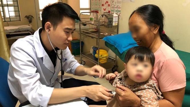 Bác sĩ của Bệnh viện E khám bệnh tại Lai Châu.