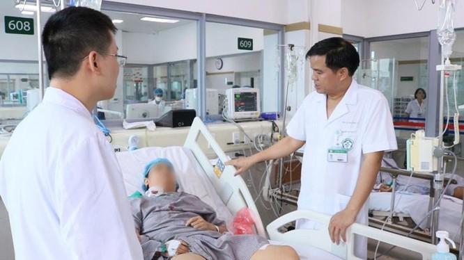 Các bác sĩ của Bệnh viện Bạch Mai điều trị cho bệnh nhân trong sự cố chạy thận tại Nghệ An.