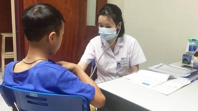 Bác sĩ khám bệnh cho bệnh nhân
