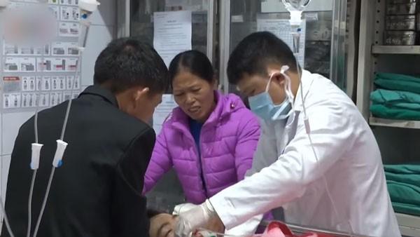 Bác sĩ Bệnh viện Hữu nghị Việt Đức cấp cứu cho một bệnh nhân nguy kịch.