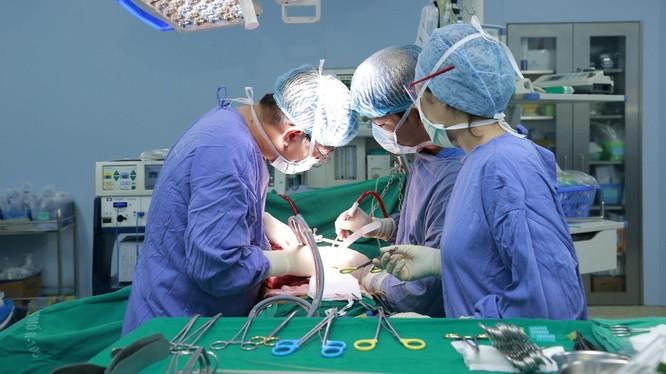 """Ca phẫu thuật diễn ra trong 5 giờ đồng hồ, loại bỏ khối u kích thước """"khủng"""" cho bệnh nhân."""