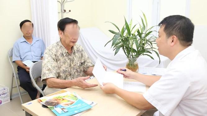 Bác sĩ khám miễn phí cho bệnh nhân (Ảnh minh họa)
