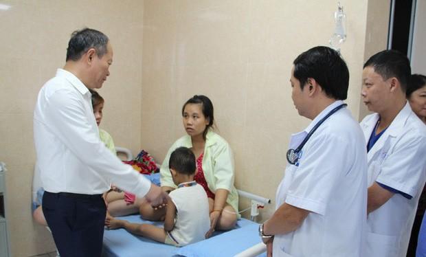 Một em bé mầm non được điều trị tại Trung tâm Y tế huyện Cẩm Khê (Ảnh: VTV)
