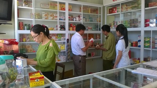 Đại diện cơ quan quản lý đi kiểm tra các nhà thuốc (Ảnh minh họa)