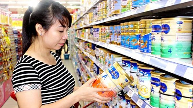 Người dân lựa chọn sữa bột cho trẻ tại siêu thị