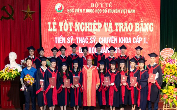 Giám đốc Học viện chụp ảnh lưu niệm cùng học viên tốt nghiệp sau đại học năm 2019.