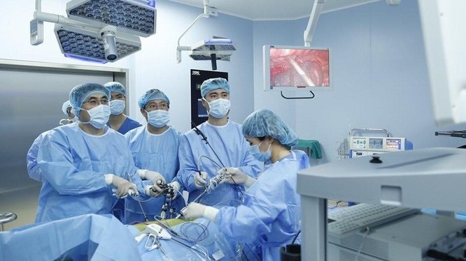 Các bác sĩ của Bệnh viện TWQĐ 108 phẫu thuật nội soi chữa ung thư thực quản cho bệnh nhân M.